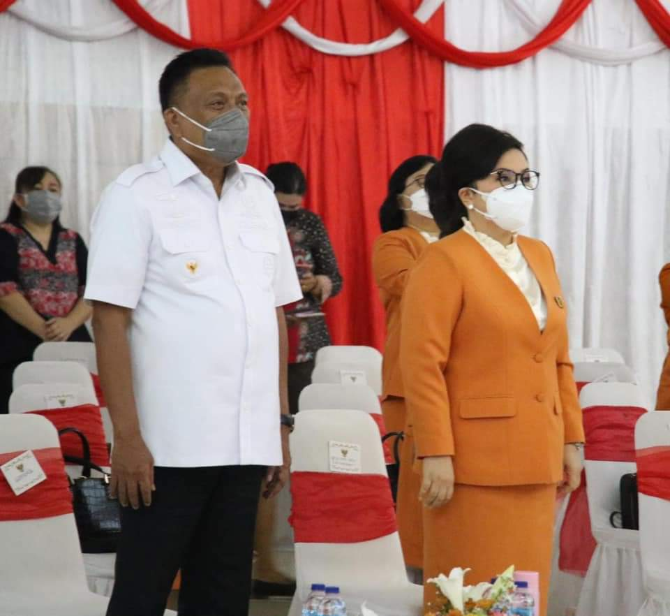 Gubernur Olly Dondokambey SE dan Ketua BKOW Sulut Ibu Ir Rita Maya Dondokambey Tamuntuan