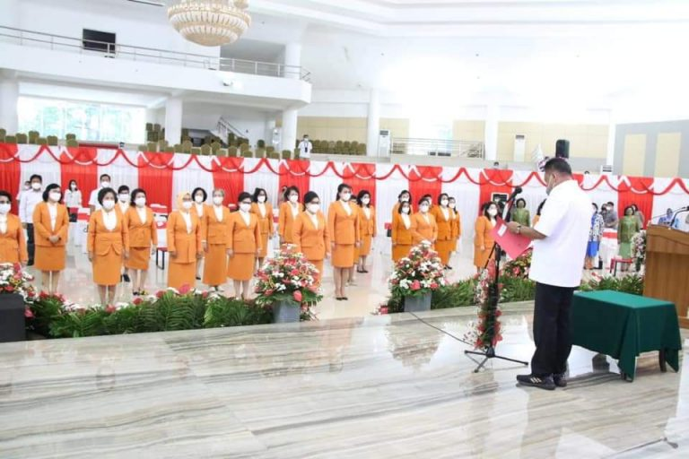 Gubernur Olly Dondokambey SE saat melantik jajaran pengurus BKOW Sulut