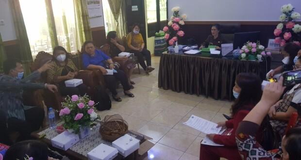 Kepala Dinas Pendidikan Minut Olfy Kelngkongan M.M.Pd didampingi Sekertaris Dra. Pettra Enoch M.Pd saat menerima kunjungan panitia dan akademisi UNIMA di ruang kerjanya kemarin.