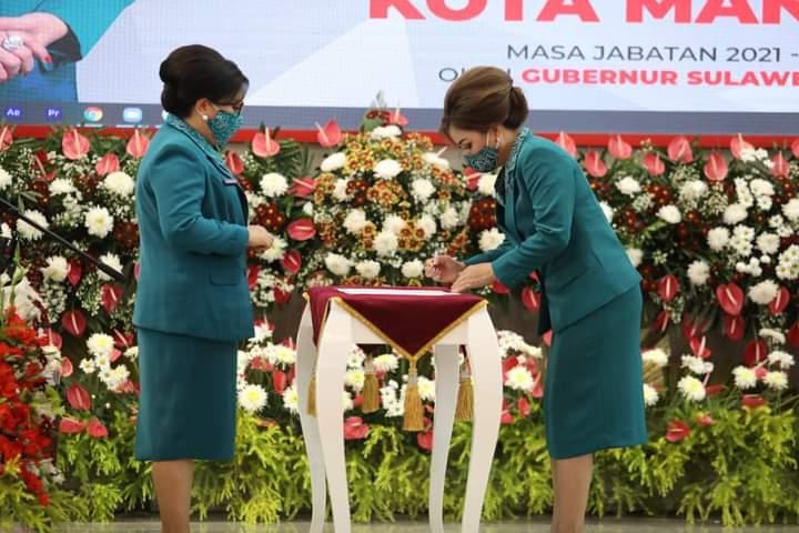 Ibu Rita Maya Dondokambey Tamuntuan melantik Ketua TP PKK Kota Manado sekaligus Ketua Dekranasda Kota Manado, Ibu Iren G Angouw Pinontoan