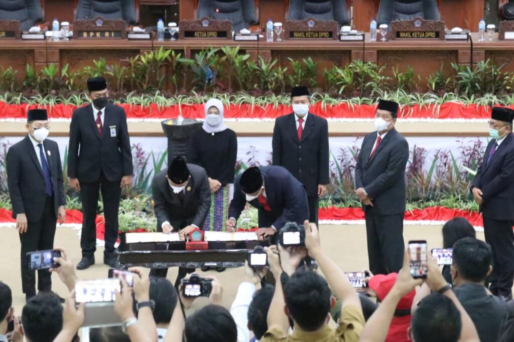 Penandatanganan dokumen Berita Acara oleh Gubernur Olly Dondokambey SE dan Ketua DPRD Sulut
