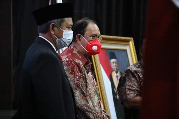 Bupati Minahasa Dr Ir Royke Octavian Roring MSi saat menerima Piagam WTP dari BPK RI, Senin (03/05/2021)