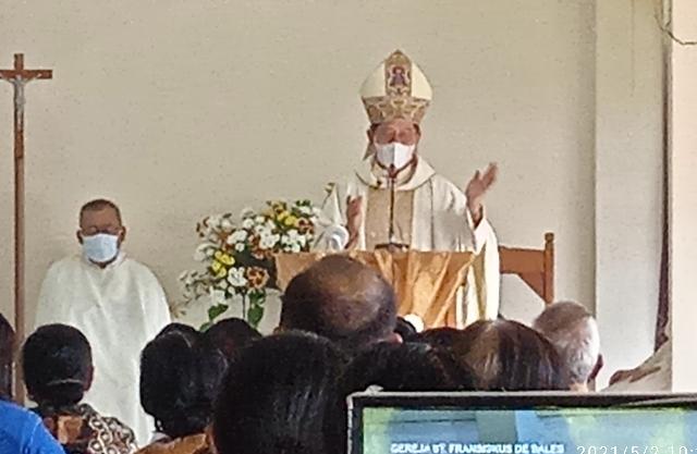 Uskup Keuskupan Manado, Mgr Benedictus Estephanus Rolly Untu MSC saat membawakan khotbah, Minggu (02/05/2021).