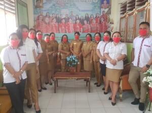 POSE: Foto bersama guru dan Kepsek SD Negeri Matungkas.