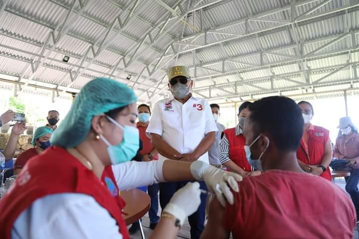 Gubernur Olly menyatakan pemberian vaksinasi sangat membantu masyarakat