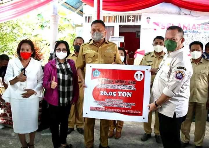 Gubernur Olly menyerahkan bantuan Beras di Wilayah Perbatasan guna membantu masyarakat yang terdampak cuaca ekstrem