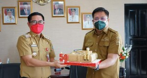 Wakil Bupati Kevin Wiliam Lotulung memberikan surprise dengan kue ulang tahun kepada Bupati Joune Ganda di ruang kerja Bupati.