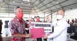 Bupati Frangky Wongkar, SH. memberikan insentif secara simbolis kepada tokoh agama