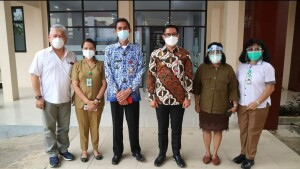 Bupati Joune Ganda saat berkunjung di RSUD Maria Walanda Maramis, Senin (19/07/21).