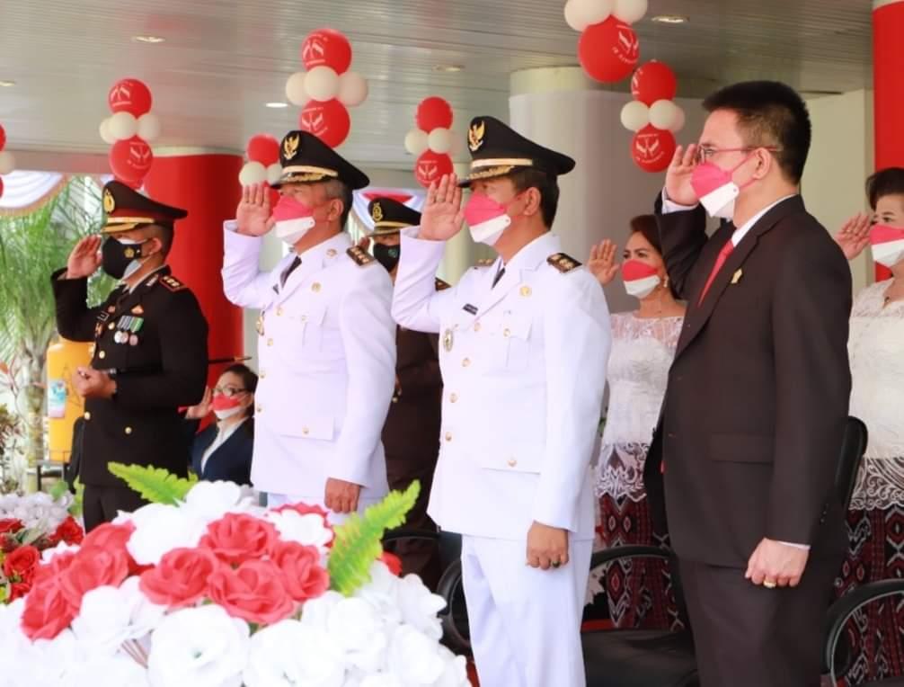 Bupati FDW dan Wabup PYR saat menghormati Sang Saka Merah Putih