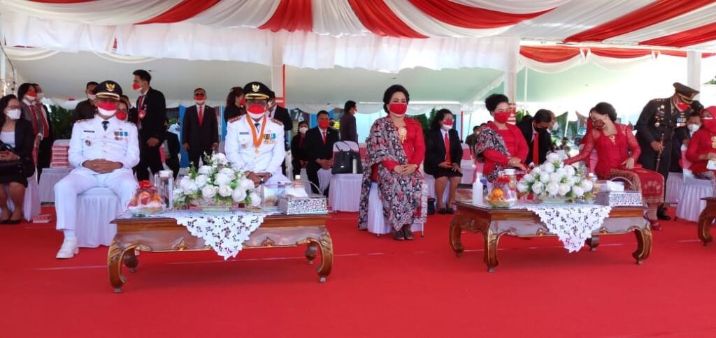 Walikota dan Wakil Walikota didampingi istri masing-masing saat Upacara bendera