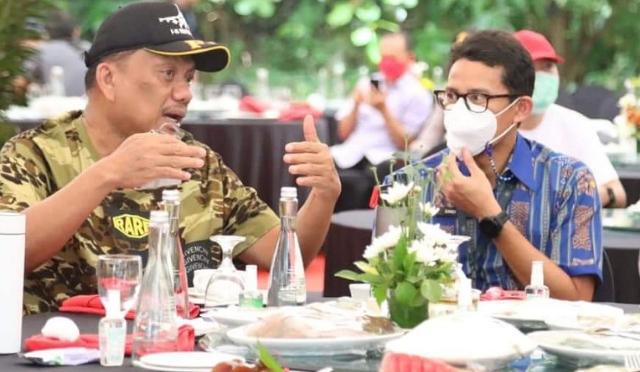 Gubernur Olly Dondokambey SE saat berbincang dengan Menparekraf Sandiaga Uno di KEK Pariwisata Likupang, Maret 2021