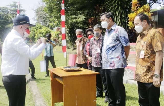 Wakil Gubernur Drs Steven OE Kandouw saat berdialog ringan dengan salah satu peserta Latsar CPNS di BPSDM Sulut, Jumat (20/08/2021).