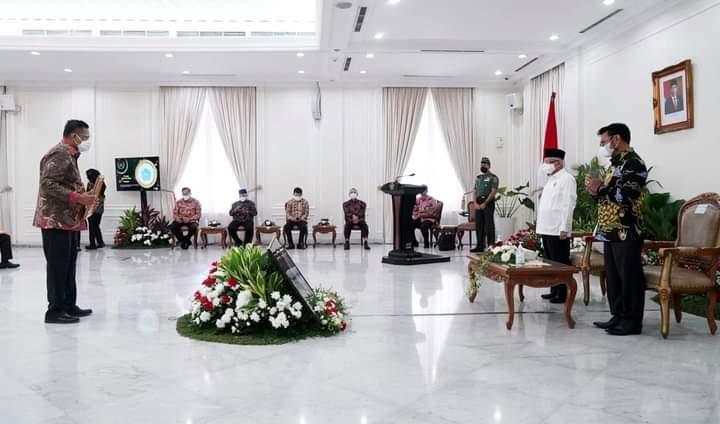 Gubernur Olly Dondokambey SE saat menerima Penghargaan Abdi Bakti Tani 2021 yang diserahkan Wapres Ma'ruf Amin di Istana Wapres Jakarta, Senin (13/09/2021).