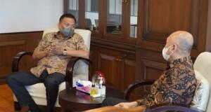 Gubernur Olly Dondokambey SE saat berbincang dengan Menkop dan UKM RI Teten Masduki, Kamis (16/09/2021).