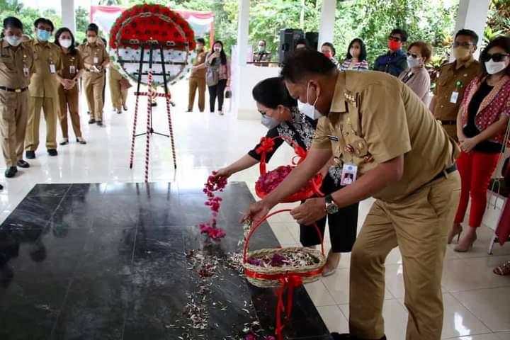 Gubernur Olly Dondokambey SE dan Ibu Rita menabur bunga di Makam mantan Gubernur HV Worang di Minut.