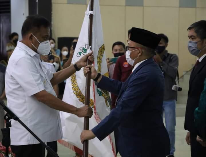 Gubernur Olly Dondokambey SE menyerahkan Pataka FKUB kepada Pdt Lucky Rumopa MTh selaku Ketua FKUB Sulut, Rabu (22/09/2021).