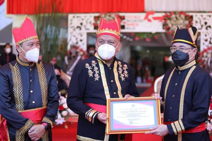 Gubernur Olly didampingi Wagub Kandouw menyerahkan Penghargaan kepada Walikota Manado