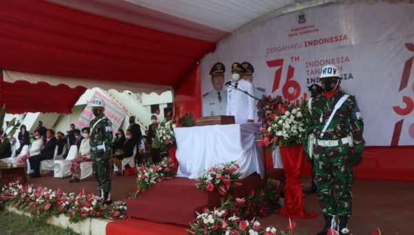 Wakil Walikota Wenny Lumentut saat jadi Irup penurunan Bendera