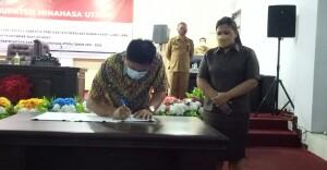 Ketua DPRD Minut Denny Lolong didampingi Wakil Ketua Oliva Mantiri saat menandatangani Nota Kesepakatan.