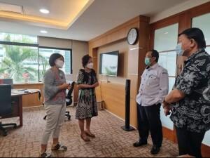 Didampingi Sekda Jimmy Kuhu dan Kasubag Perencanaan, Direktur Sandra berdiskusi langsung dengan Sekertaris Ditjen Kementerian Kesehatan RI.