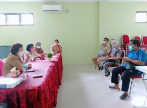 Direktur RSUD Maria Walanda Maramis dr. Sandra Rotty MM memimpin rapat
