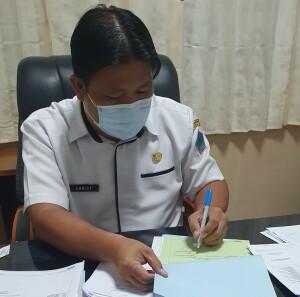 Kabid Perbendaharaan dan Kas Daerah Christian Katuuk, SH. tampak dominan tangan kiri saat menandatangani sejumlah dokumen pada Badan Keuangan.