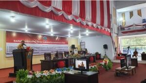 Sekwan Jossi Kawengian tampak membacakan surat keputusan DPRD dalam sidang Paripurna.