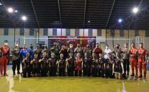 POSE: Tampak atlit tim bola voli putri Sulut bersama ofisial foto bersama Kapolda, Bupati Joune Ganda dan Wabup Kevin Lotulung serta Ketua DPRD Minut yang juga Manager tim.