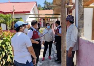 Dra Marie Makalow bersama Tim Inspektorat saat monitoring renovasi sekolah di Touluaan Selatan
