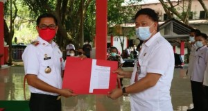 Sekda Ir. Jimmy Kuhu saat menerima penugasan dari Bupati Joune Ganda memberikan Surat Penugasan kepada