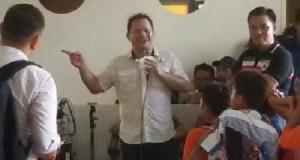Elly Engelbert Lasut saat tiba di kediamannya di Pakowa, Manado.