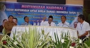 DR KH Hasyim Muzadi membawakan materi kehidupan beragama, sekaligus ia menentang aksi FPI menutup tempat ibadah