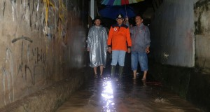 Pict: The Mayor of Manado DR. Ir. G. S Vicky Lumentut, SH. M.Si. DEA monitoring some locations which are prone to flood and landslide.