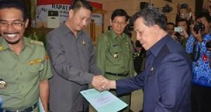 Gubernur serahkan dokumen batas wilayah Minahasa kepad Wakil Bupati Ivan Sarundajang