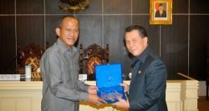Gubernur Sulut menyerahkan cendramata kepada ketua Komisi IX DPR RI Lius Lustilanang