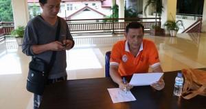 Sekretaris Kota Manado, Ir. M.H.F Sendoh, sedang memberikan data kepada salah satu awak media pos Pemkot Manado.