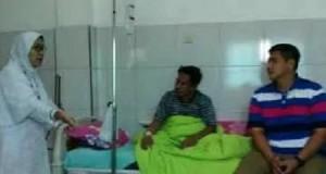 Wakil Wali Kota Manado Harley Mangindaan melihat kondisi kesehatan anggota DPRD Kota Manado, Bobbi Daud di RS Siti Maryam Manado.