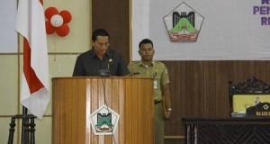 Wali Kota Tomohon Jimmy Eman memimpin Rakorev jajaran Pemkot Tomohon.