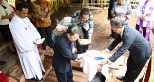 Peletakan batu pertama pembangunan gedung KGPM Kampung Pelelangen, Tabukan Tengah, Sangihe, Minggu ((1/2)