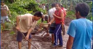 Warga bergotong royong membersihkan lumpur bawaan banjir, Kamis (5/2)