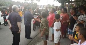 Gubernur SHS saat bertemu warga korban konflik Maluku.