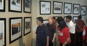 Gubernur Sarundajang dan rombongan saat melihat foto kenangan saat dipercayakan Penjabat Gubernur  Maluku