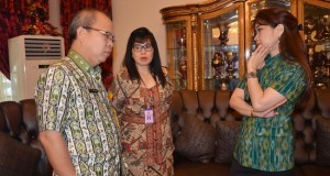 Kadis Pariwisata dan Kebudayaan SUlut Joy Korah berbincang dengan Ketua Panitia Tulude Provinsi Sulut, Yulisa Baramuli