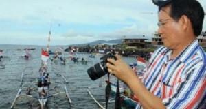 Wali Kota Manado menyaksikan lomba perahu hias