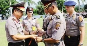 Kapolda SUlut Brigjen pol Wilmar Marpaung menyerahkan tongkat komando kepada Kapolres Baru Minut AKBP Eko Irianto, SIK.
