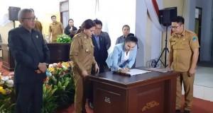 Penandatanganan oleh Wakil Ketua Dewan yang disaksikan Bupati