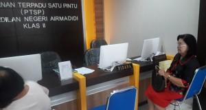 LAPOR: Oma Anny Wenas tampak saat mendatangi Pengadilan Negeri Airmadidi pada Selasa 1 Oktober 2019.