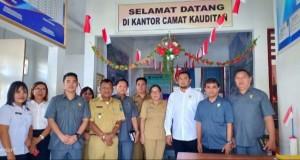 POSE: Anggota Komisi I DPRD Minut saat melakukan kunjungan di Kecamatan Kauditan.