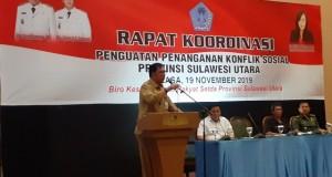 DRS MECKY ONIBALA MSI, Kepala Badan Kesbangpol Daerah Provinsi Sulut  saat membawakan materi,  Selasa (19/11/2019)